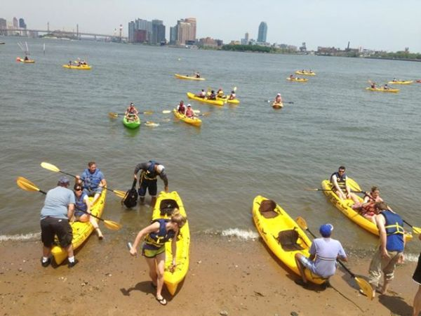 A kayaking event held at Stuyvesant Cove Park last Saturday was a hit with neighborhood residents. Photo by Wendy-Lynn McClean/Urban Swim