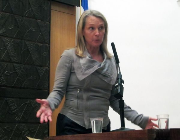 Piper Kerman speaks to a packed temple. (Photo by Maria Rocha Buschel)