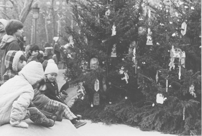 Kids gather around the tree in 1976. (T&V archives)