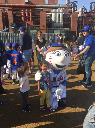 Mrs. Met poses for pictures
